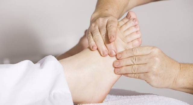 Swelling of the feet typically affects during the hot season, but can also affect the rest of the year.