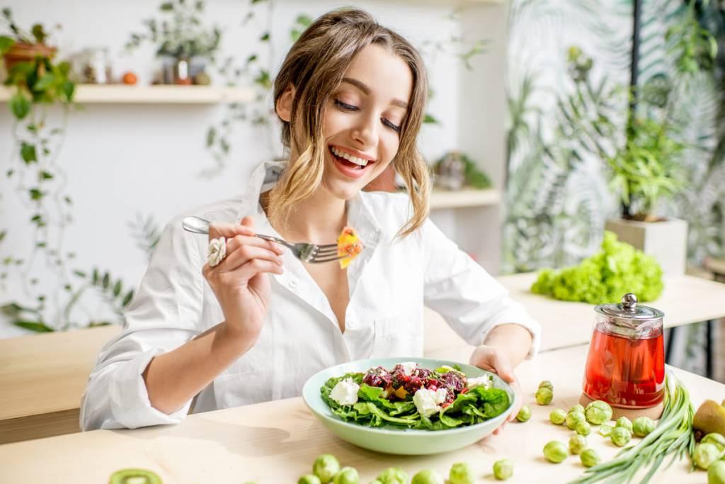 girl eats salad