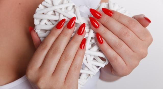 All the tricks to apply the nail polish alone, without smudging