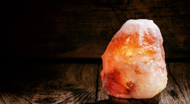 What is the Himalayan salt lamp for and how is it used?