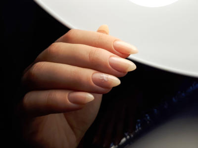 Almond nails: how to do them and who they are good for