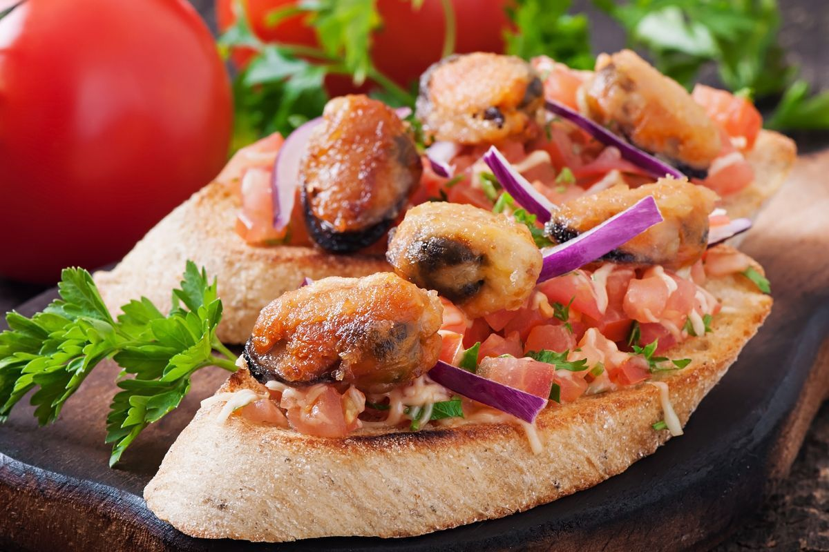 Crostini mussels and cherry tomatoes