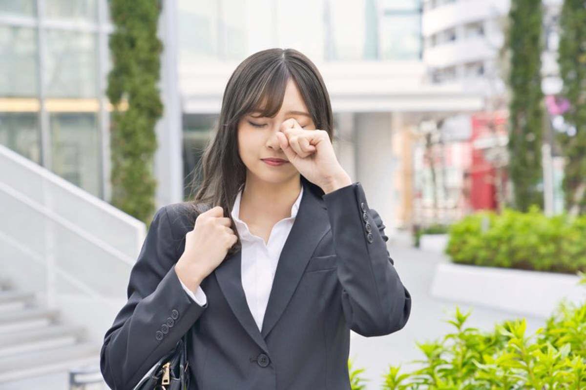 woman with eye problem
