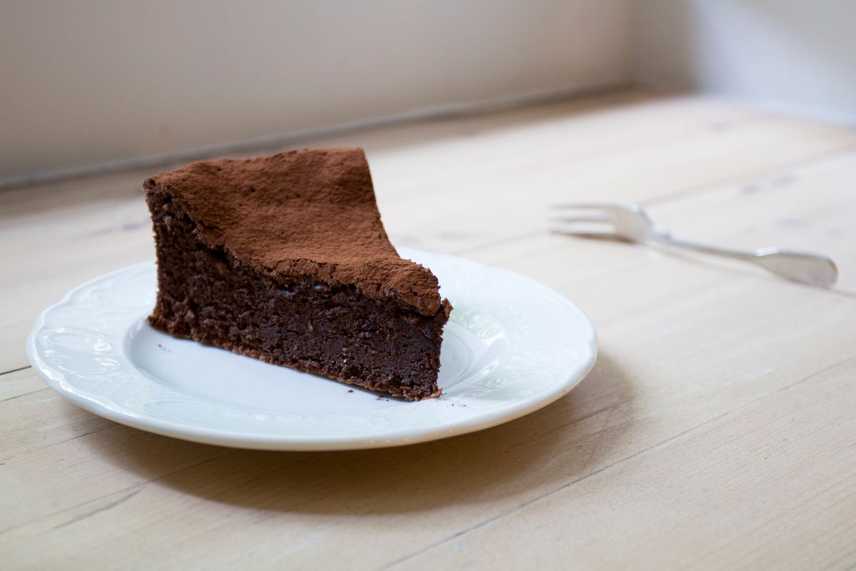 Chocolate mousse cake with starch