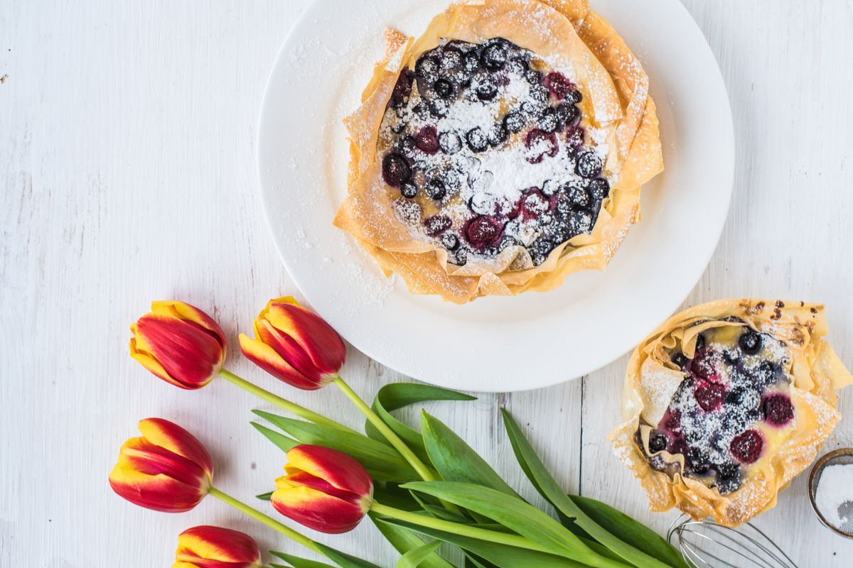 Baskets of phyllo dough with cream and fruits
