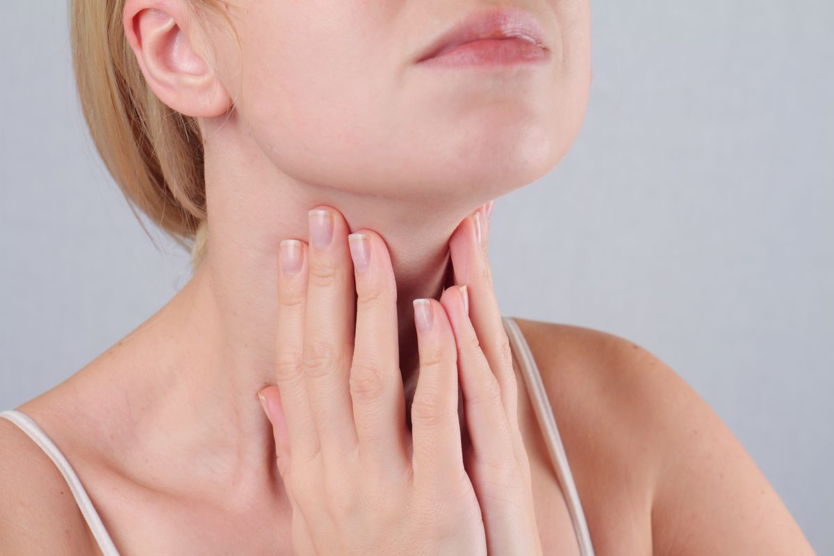 Woman with thyroid pain